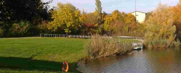 Das bild zeigt den Erlabrunner Badesee mit Liftanlage für MEnschen mit Behinderung.