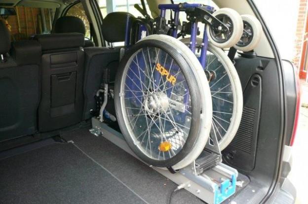 Rollstuhlverladesystem im Kofferraum mit Klapprollstuhl