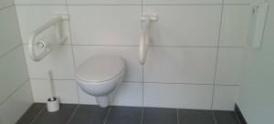 WC mit Klappstützgriffen