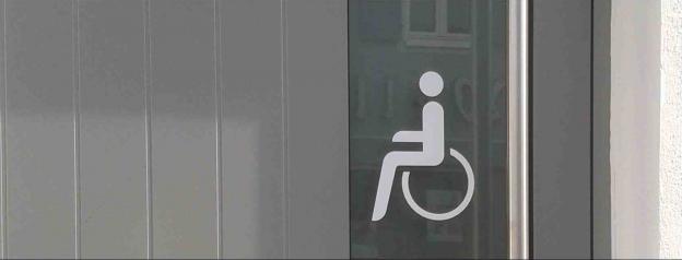RollstuhlIfahrer Illustration auf Türe