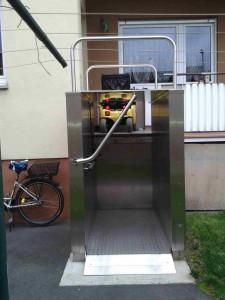 Plattformlift als Zugang zum Balkon.