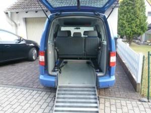 Umgebautes Fahrzeug mit Auffahrrampe, Heckabsenkung und Gurtsystem