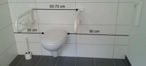 barrierefreies WC mit Klappstützgriffen