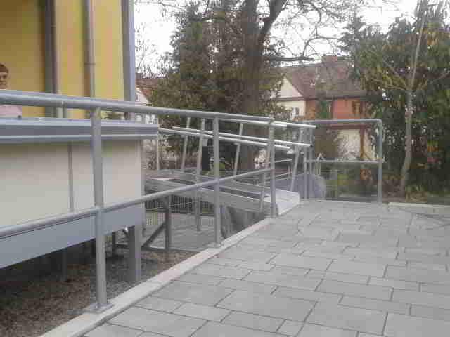 Rampe, die auf einen Balkon führt.
