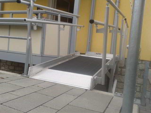 Eine kurze Rampe, die auf einen Balkon führt.