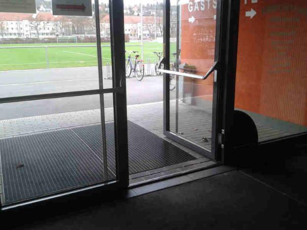 Barrierefreier Eingang mit Sicht auf Fußballplatz.