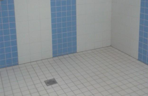 barrierefreier duschplatz mit Fliesen