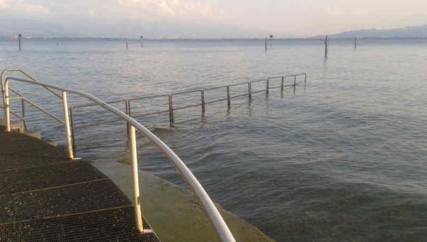 Das Bild zeigt einen Handlauf im Bodensee.