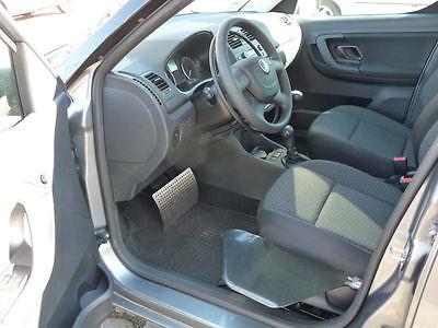 Auto mit geöffneter Tür, mit Handgas