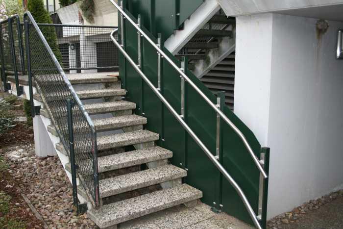 Treppe mit Führung für Plattformlift