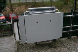 Das Foto zeigt eine hochgeklappte Plattform eines Plattformlifts.
