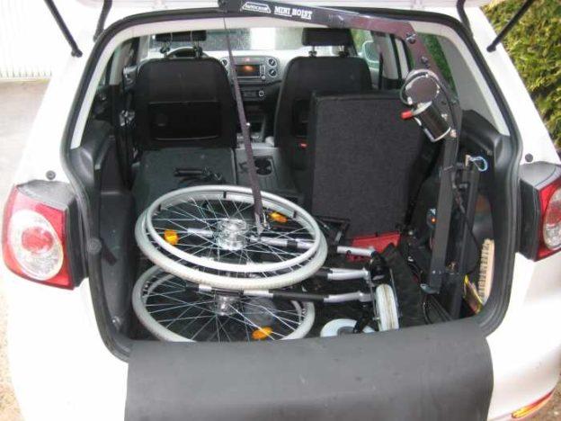 Das Foto zeigt einen zusammengefalteten Rollstuhl im Kofferaum.