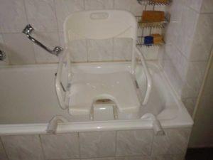 Das Bild zeigt einen Hygienesitz auf einer Badewanne.