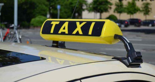 Das Foto zeigt ein Taxischild.