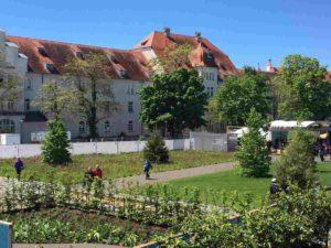 Das Foto zeigt einen Teil des Geländes und im Hintergrund das Hauptgebäude der alten Kaserne.